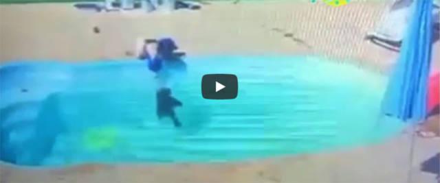 Miracolo in piscina: bimbo cade in acqua, lo salva l'amichetto di 3 anni (video)