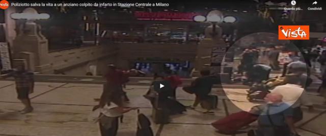 Poliziotto salva la vita a uomo colpito da infarto in stazione frame da video Youtube