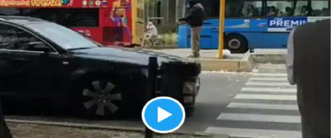Africano spenna piccione al semaforo e lancia brandelli e piume ai passanti video e foto dal Twitter di RadioSavana