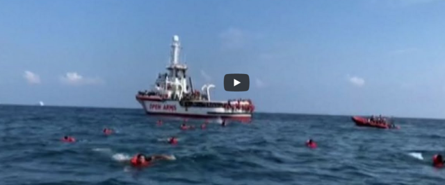 Open Arms, migranti si buttano in mare per raggiungere la costa a nuoto frame da video Youtube