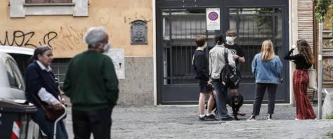 cadavere in terra a Trastevere passantgi tirano dritti indifferenti foto Ansa