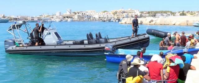 Migranti fuggono dall'hotspot di Lampedusa foto Ansa
