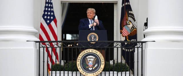 Trump dal balcone