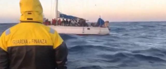 Migranti in barca a vela sbarcati in Calabria frame da video Youtube