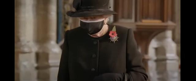 Regina Elisabetta per la prima volta con la mascherina nera