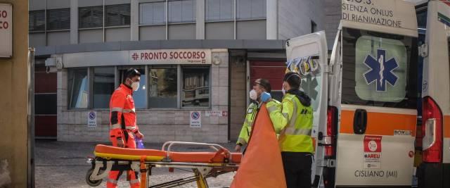 Milano cadavere davanti ospedale