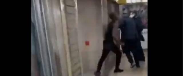 Nigeriano aggredisce passanti in metro
