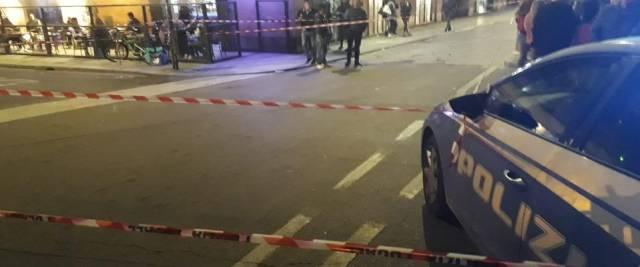 marocchino pesta gli agenti e dà fuoco alla volante