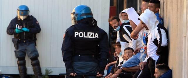 migranti centro rimpatrio Milano