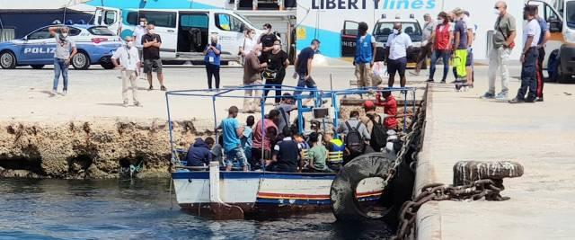 relitti e barconi di migranti a Lampedusa sos Musumeci