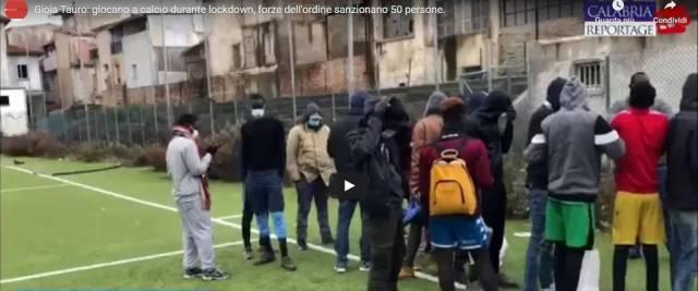 immigrati giocano a calcio durante il lockdown
