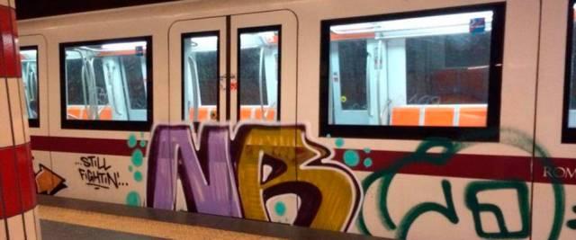 Roma uomo armato in metro