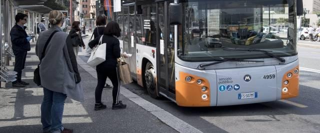 straniero vuole violentare ragazza sul bus