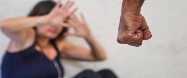 35enne africano violenta e pesta la moglie