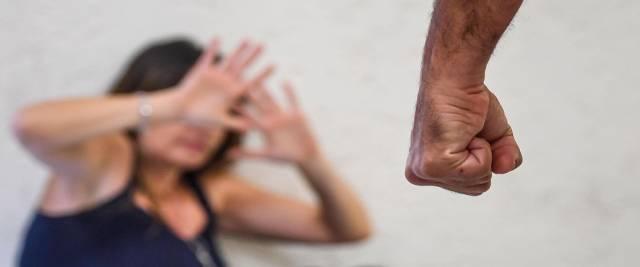 egiziano calci e padellate alla moglie