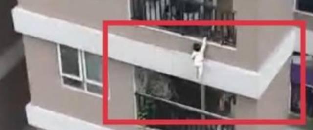 Bambina di 2 anni precipita dal dodicesimo piano: un passante l'afferra miracolosamente (video)