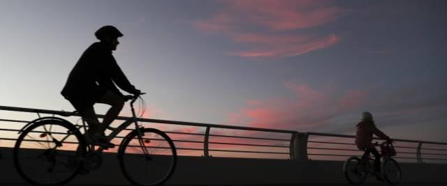 africano palpeggia 16enne in bici