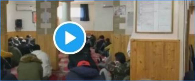 musulmani assembrati in moschea