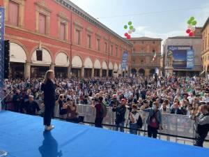 Meloni a Bologna: «Nessuna partita è persa quando si combatte». E la piazza esulta (video e fotogallery)