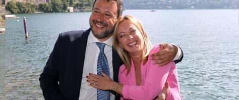 L'abbraccio tra Salvini e Meloni